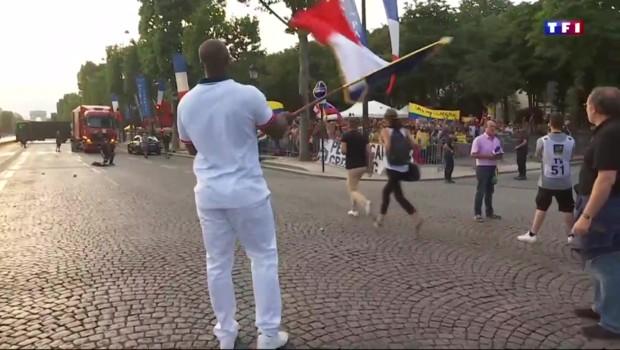 Teddy Riner, porte-drapeau de l'équipe de France : le judoka s'entraîne avec un manche à balais