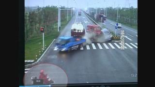 Un Chinois à vélo échappe de justesse à un violent carambolage