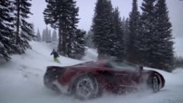 La McLaren MP4-12C Spider face  une snowboardeuse