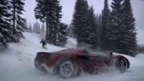 La McLaren MP4-12C Spider face à une snowboardeuse