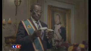 """Une pub pour une chaîne de fast-food, utilise un sosie de Robert Mugabe, le président zimbabwéen, et ses """"amis"""" disparus : Mouammar Kadhafi, Saddam Hussein, Mao"""