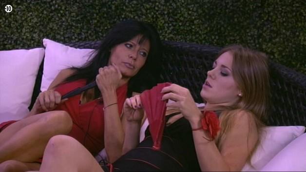 Alors qu'elle s'est isolée dans le jardin avec Nathalie, Sara critique Aymeric et Leila.