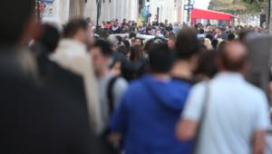 foule gens parisiens champs élysées