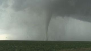 Une tornade se forme, d'autres la rejoignent sous l'impulsion de puissants orages