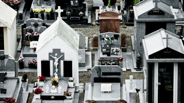 Dans un cimetière.