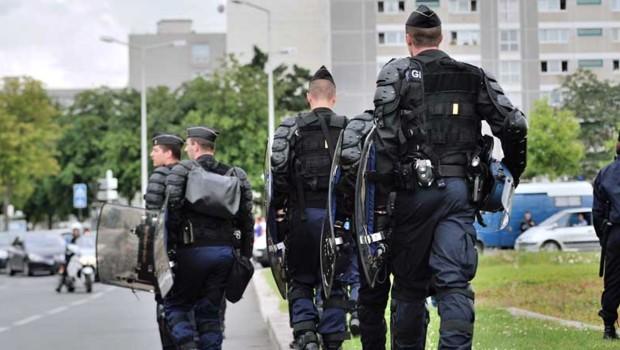 Des gendarmes devant une cité des quartiers nord d'Amiens (Somme), le 14 août 2012.
