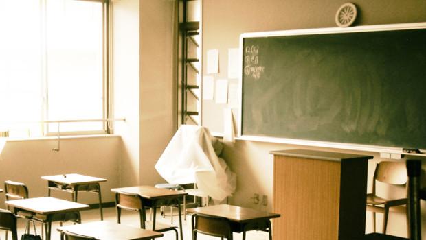 Salle classe cours prof pupitres trables écoliers étudiants école élève cp primaire tableau