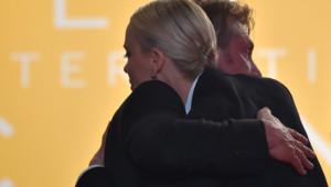 """Charlize Theron et Sean Penn se tombent dans les bras à l'issue de la projection cannoise de """"The Last Face"""", le 20 mai 2016."""