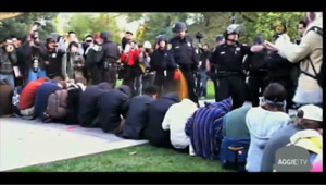 Des policiers vaporisent du gaz au poivre au visage d'étudiants : les images