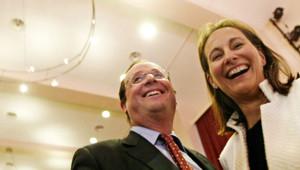 Le premier secrétaire du Parti Socialiste (PS) François Hollande et Ségolène Royal, la présidente PS de la région Poitou-Charente discutent, le 10 mai 2005 à Dijon