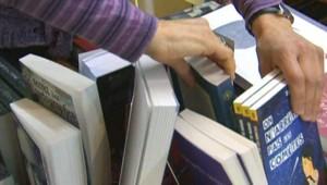 Livres sur un présentoir de librairie