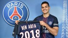 Hatem Ben Arfa posant avec son nouveau maillot.
