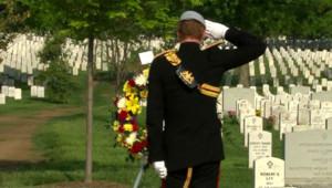 Le Prince Harry rend hommage aux soldats américains tombés en Irak et en Afghanistan au cimetière d'Arlington, à Washington, le 10 mai 2013.