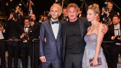 """Sean Penn et ses enfants, Hopper Jack Penn et Dylan Penn, à l'issue de la projection de """"The Last Face"""" à Cannes, le 20 mai 2016."""