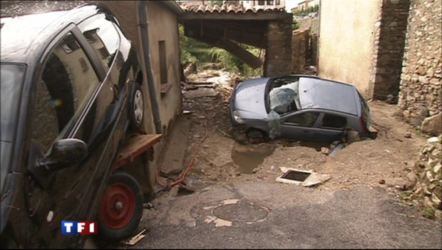 Intempéries meurtrières dans le sud de la France De-nombreuses-voitures-ont-ete-emportees-par-les-eaux-dans-le-4739553oehwu_1713