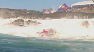 Australie : des surfeurs de l'extrême défient les rochers
