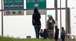 Des migrants attendent non loin du port de Calais