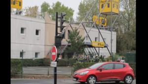 Les pompiers devant l'hôtel Formule 1 de Nantes, où un homme est mort dans un incendie (29/10/20105)