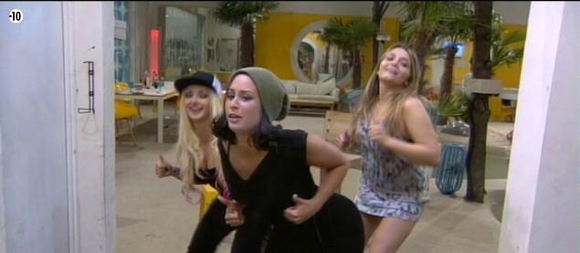 """Émilie, Florine est Clara sont déchaînées : elles dansent sur """"La danse des canards""""..."""