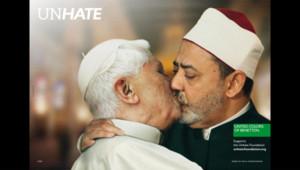 Campagne publicitaire Benetton montrant le pape qui embrasse l'imam sunnite de l'université égyptienne Al-Azhar, Ahmed el Tayyeb.