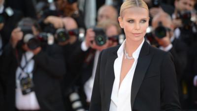 """Charlize Theron en smoking pour la montée des marches de """"The last face"""" de Sean Penn"""