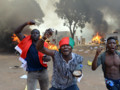 Au Burkina Faso, des manifestants devant l'Assemblée nationale incendiée