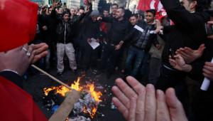 Manifestants tunisiens brûlant une effigie de l'ex-président Ben Ali à Paris (15/01/2011)