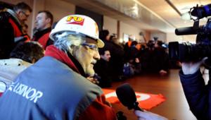 Ouvriers du site Arcelor Mittal de Florange occupant des bureaux et exprimant leurs revendications face aux caméras de journalistes (20 février 2012)