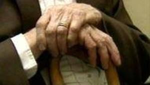 vieillard mains vieux vieillesse retraite pension (LCI)
