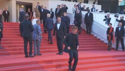 Sean Penn descend les marches en courant pour aller chercher sa fille