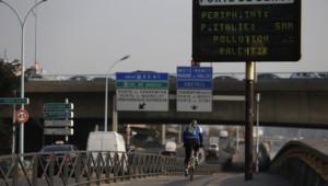 Une photo d'un panneau Porte de Bercy à Paris pendant l'épisode de pollution, le 13 mars 2014