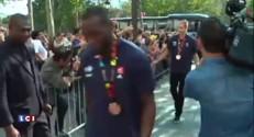 Les basketteurs français accueillis par de nombreux fans sur les Champs-Elysées