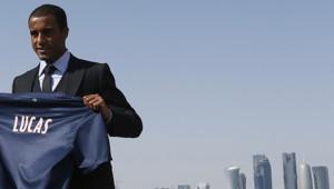 Lucas Moura présente son nouveau maillot du Paris Saint-Germain.