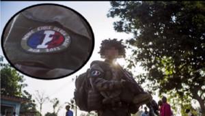 Un soldat français basé en Centrafrique arborant un slogan nazi sur son uniforme