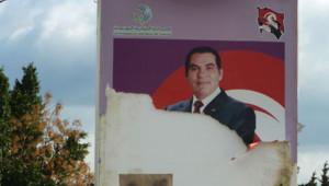Affiche déchirée réprésentant le président tunisien déchu, Zine El Abidine Ben Ali