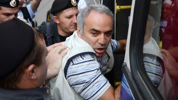 Gary Kasparov lors de son interpellation à Moscou lors d'une manifestation de soutien aux Pussy Riot, le 17/8/2012