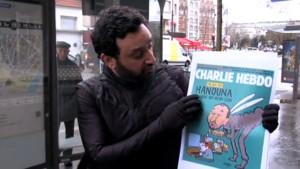 Cyril Hanouna avec la une de Charlie Hebdo.