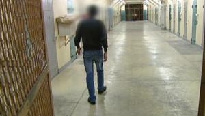 Détenu dans le couloir d'une prison