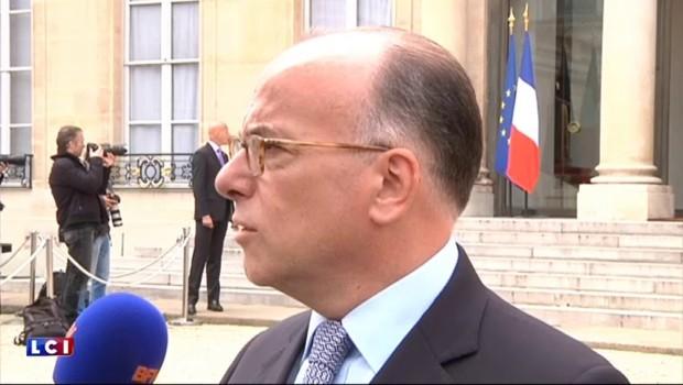 """Bernard Cazeneuve """"réaffirme son soutien total aux forces de l'ordre"""""""