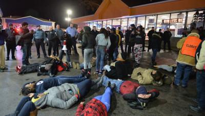 """Des manifestants ont été placés en détention pour avoir bloqué la circulation d'un axe routier important lors d'un """"die-in"""" à Berkeley."""