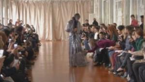 Une mannequin troue sa robe lors du défilé Corrie Nielsen, le 25 février.