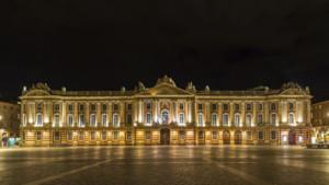 La place du Capitole à Toulouse, vue de nuit.