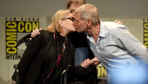 Carrie Fisher, alias princesse Leïa, et Harrison Ford échange un baiser au Comic-Con International 2015 de San Diego !
