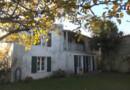 Maison des régions: murs blancs et volets verts à l'Ile de Ré