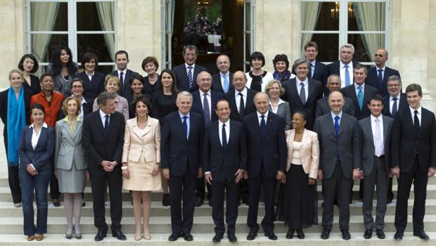 Traditionnelle photo de famille pour le gouvernement de Jean-Marc Ayrault, le 17 mai 2012 à l'Elysée.