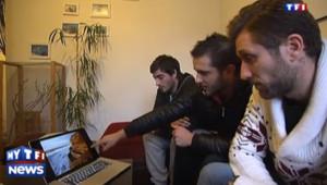 Ces trois jeunes hommes ont filmé la mer quand deux personnes se font emporter par une vague à Biarritz le 5 janvier 2014