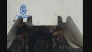 Passagers clandestins sur les hélices d'un ferry à Cadiz