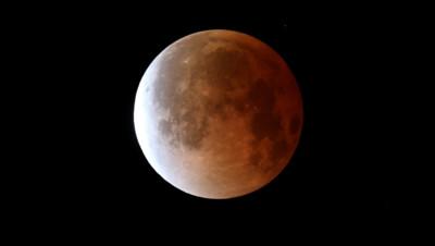 Illustration. Une lune au cours d'une éclipse solaire