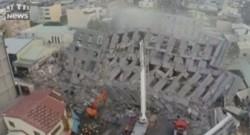Un ensemble de tours s'effondre après un violent séisme à Tainan (Taïwan).