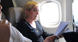 Marine Le Pen an avion, lors de sa campagne présidentielle en 2011.